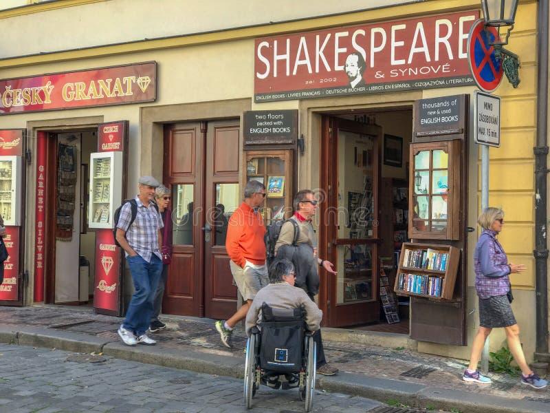 Turister går förbi Prague ` s Shakespeare och Företag fotografering för bildbyråer