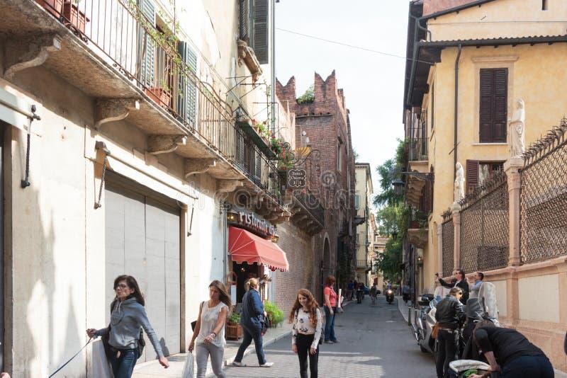 Turister går gatorna, kontrollerar sikten och fotograferar royaltyfri bild