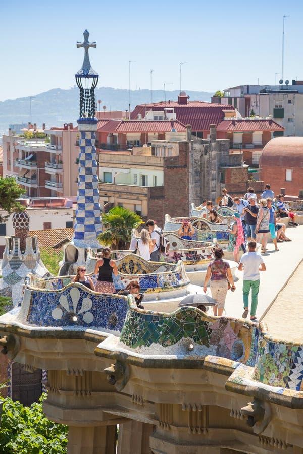 Turister går i Guell parkerar i sommardag royaltyfri foto