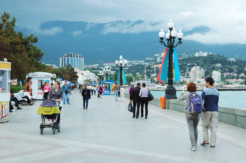 Turister går längs seafront av den Yalta staden, Ukraina arkivbilder