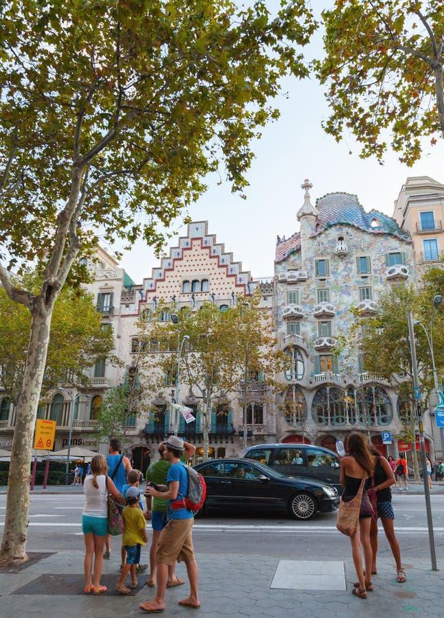 Turister går på Passeig de Gracia, Barcelona fotografering för bildbyråer