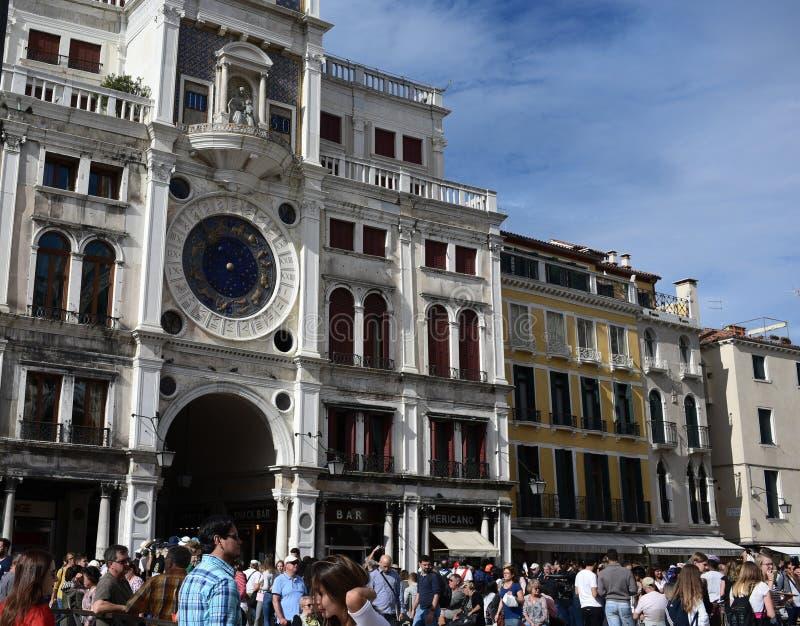 Turister går på piazza San Marco Venedig royaltyfri fotografi