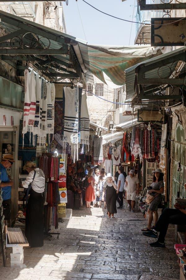 Turister går till och med basaren längs David Street och blick på souvenir nära till den Jaffa porten i den gamla staden av Jerus royaltyfri foto