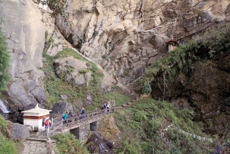 Turister går till tigerns rede, Paro, Bhutan royaltyfri foto