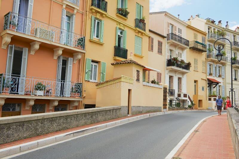 Turister går vid gatan i Monte - carlo, Monaco arkivfoton