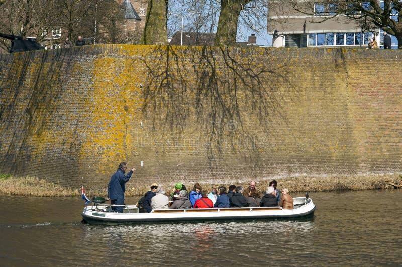 Turister gör fartyget att snubbla längs stadsväggen Den Bosch royaltyfri bild