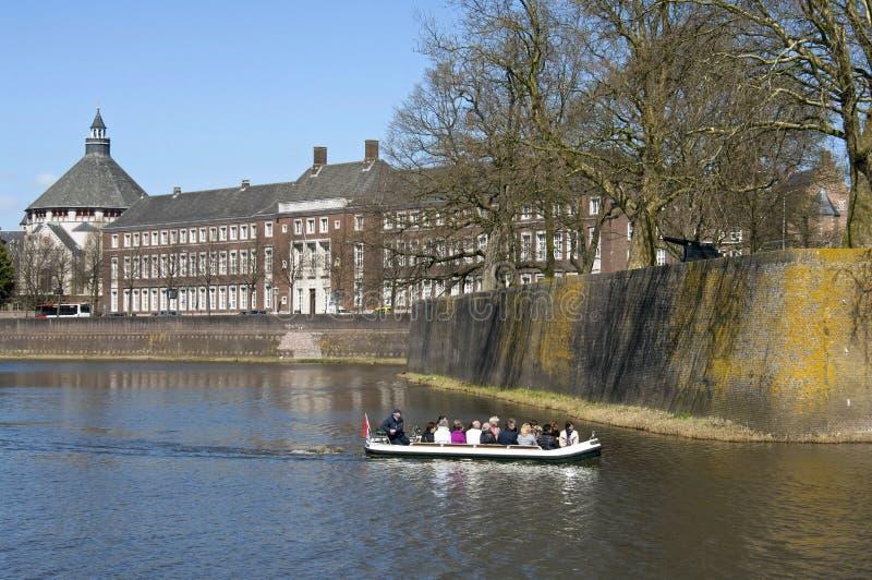 Turister gör fartyget att snubbla längs stadsväggen Den Bosch arkivbilder
