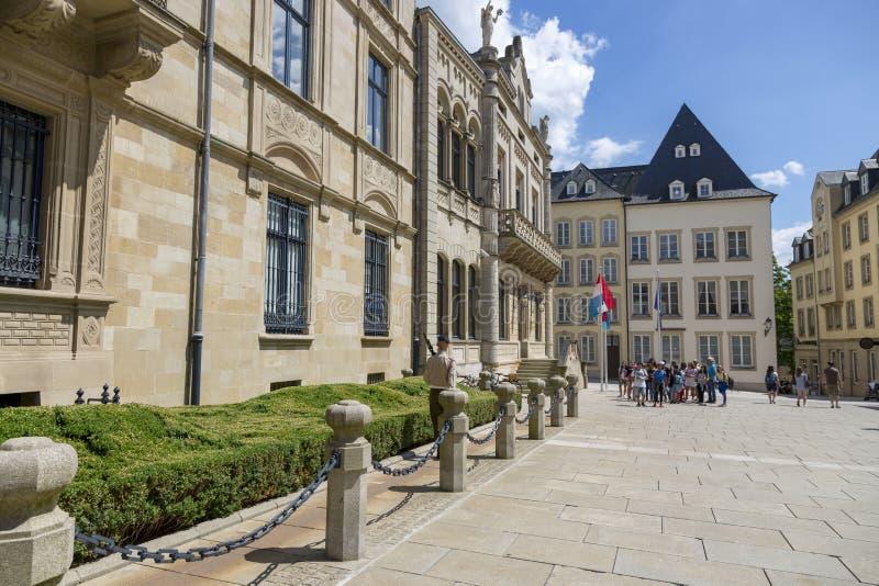 Turister håller ögonen på ändringen av vakten på slotten av storslagna hertigar i Luxembourg royaltyfri fotografi