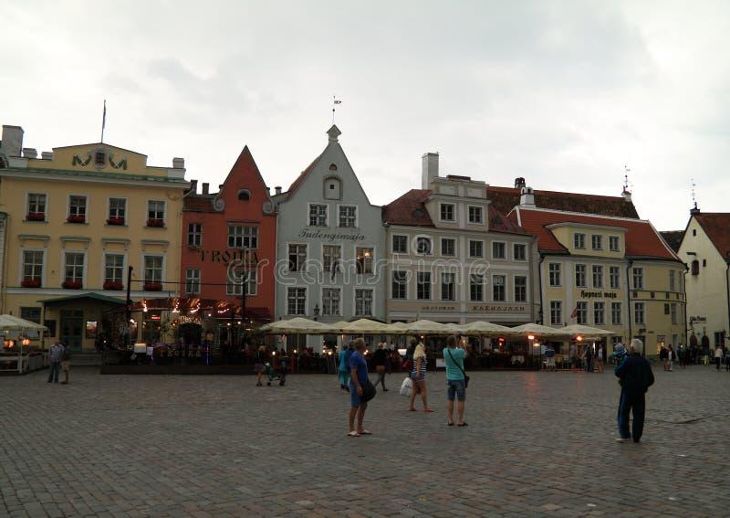 Turister i afton i mitt av gamla Tallinn royaltyfri foto