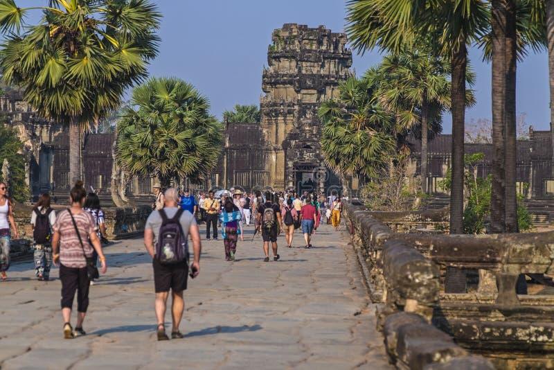 Turister i Angkor Wat Cambodia arkivbild