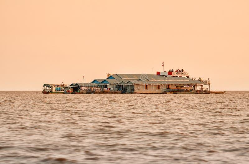 Turister, i att sväva byn på sjön Tonle, underminerar royaltyfri fotografi