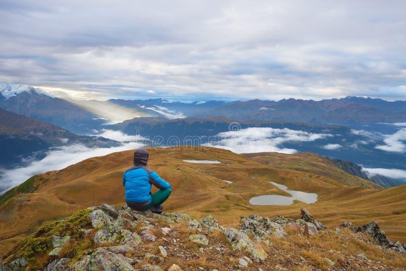 Turister i bergen royaltyfri fotografi
