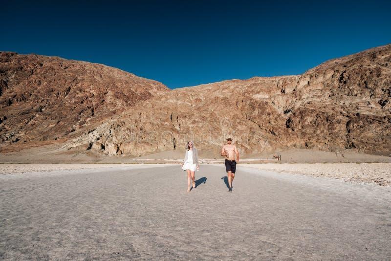 Turister i den Death Valley nationalparken royaltyfri foto