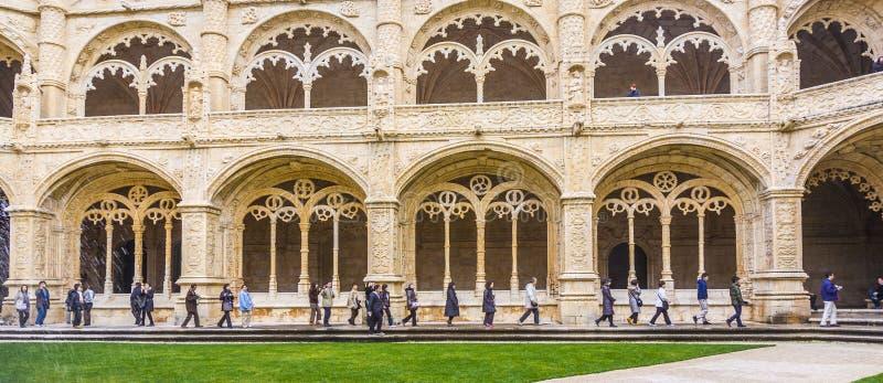 Turister i den inre borggården av den Jeronimos klosterkloster i Lissabon royaltyfria foton