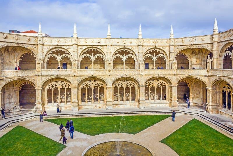 Turister i den inre borggården av den Jeronimos klosterkloster i Lissabon royaltyfri fotografi
