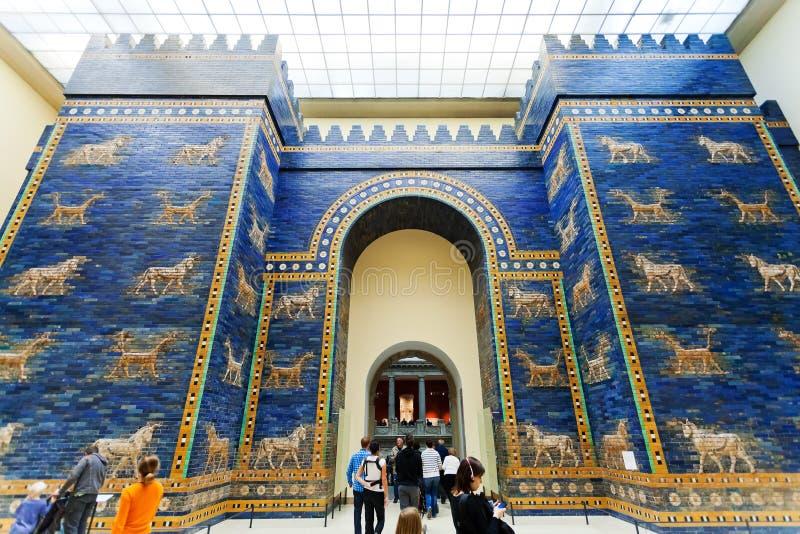 Turister i den Ishtar porten Hall av det Pergamon museet royaltyfria bilder