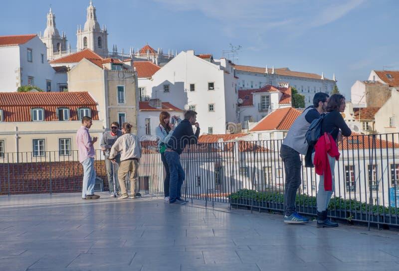 Turister i den Lissabon sikten av Santa Justa Elevator royaltyfria bilder