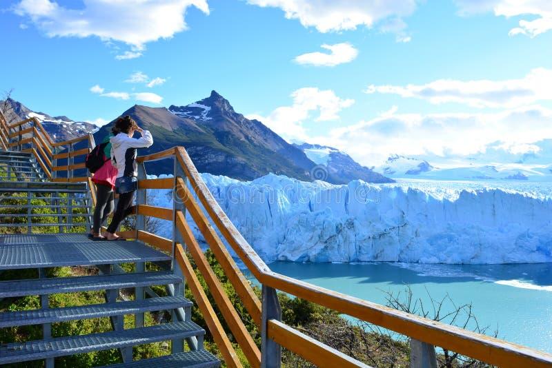 Turister i den Perito Moreno glaciären i El Calafate, Argentina royaltyfri bild
