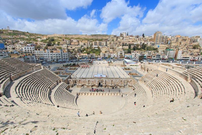 Turister i den romerska amfiteatern av Amman, Jordanien arkivbild