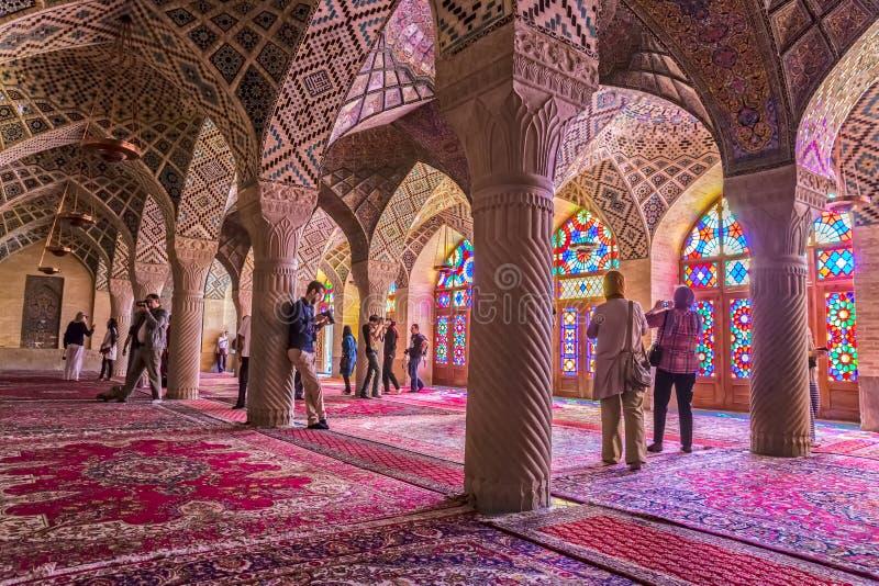 Turister i den rosa moskén i Shiraz royaltyfri foto