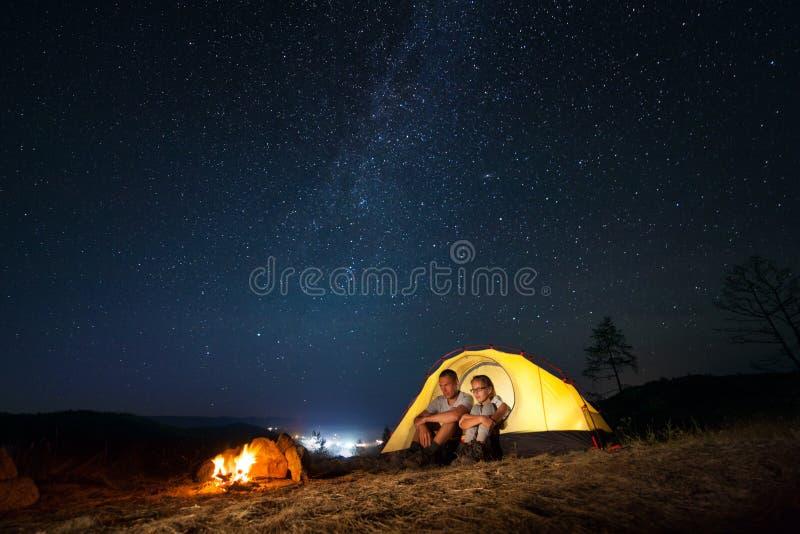 Turister i ett läger fotografering för bildbyråer