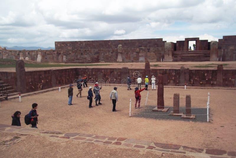 Turister i fördärvar av Tiwanaku royaltyfria foton