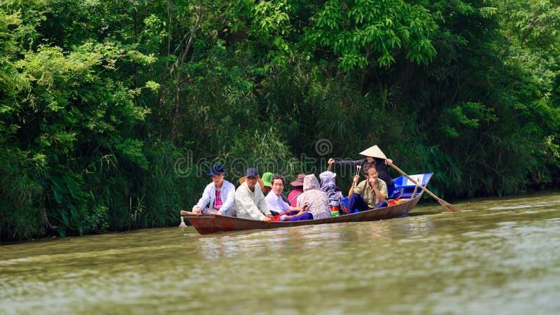 Turister i fartyget, doftpagod, Hanoi, Vietnam fotografering för bildbyråer