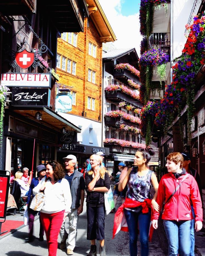 Turister i gatan i Zermatt, Schweiz arkivfoton