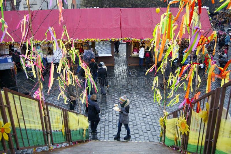 Turister i helgbasar i Prague royaltyfri foto