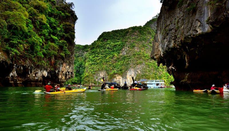 Turister i kanoter runt om Khao Phing Kan fotografering för bildbyråer