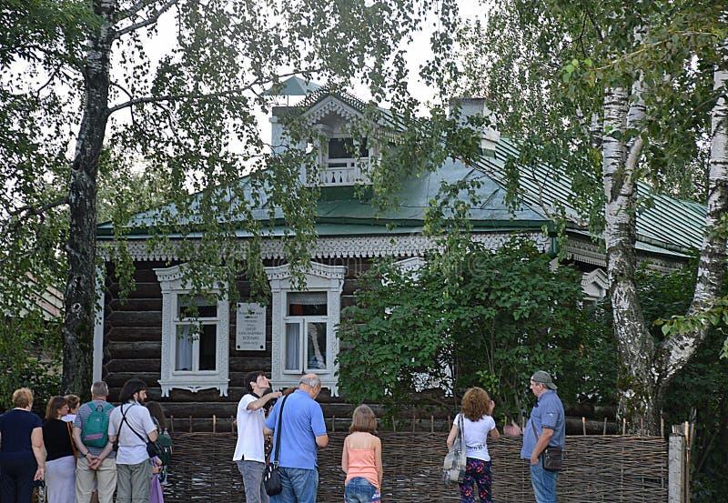 Turister i Konstantinovo, hemmet av den ryska poeten Sergei Esenin fotografering för bildbyråer
