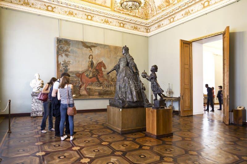 Turister i korridoren med en staty av den ryska kejsarinnan Anna Ivanovna av den berömda skulptören Rastrelli i ryskt museum royaltyfria foton