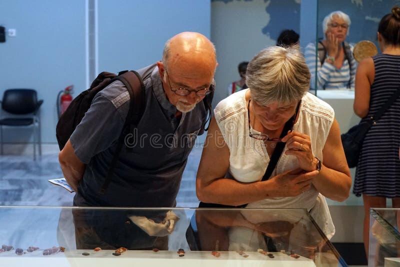 Turister i museum royaltyfri fotografi