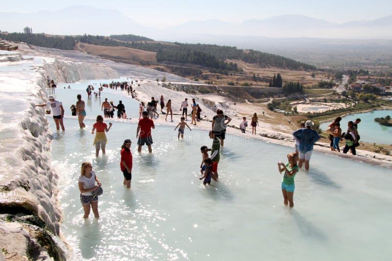 Turister i Pamukkale royaltyfri fotografi
