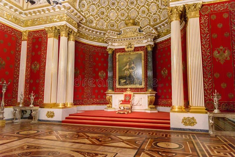 Turister i Peter det stora eller lilla biskopsstolrummet av det statliga eremitboningmuseet petersburg saint Ryssland royaltyfri foto