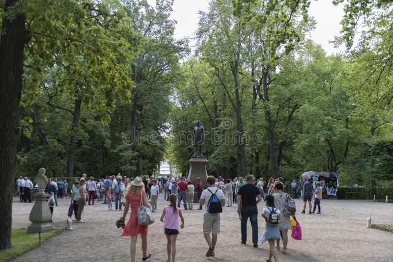 Turister i Peterhof, St Petersburg, Ryssland fotografering för bildbyråer