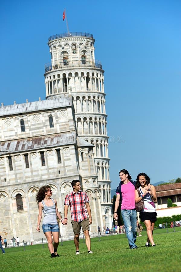 Turister i Pisa arkivbild
