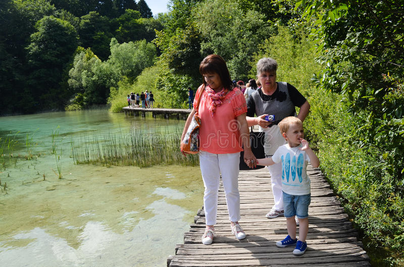 Turister i Plitvice sjöar i Kroatien royaltyfri fotografi