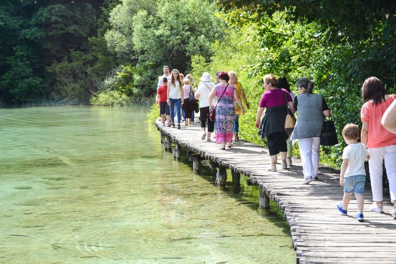 Turister i Plitvice sjöar i Kroatien royaltyfria bilder