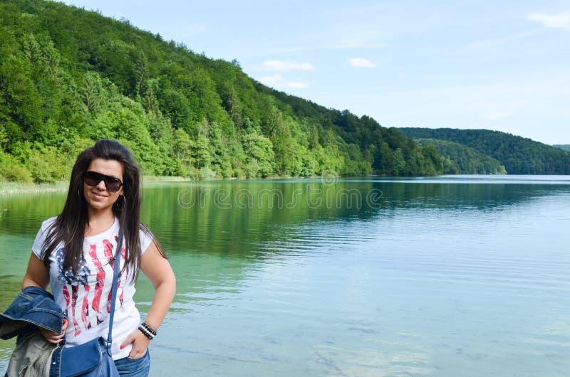 Turister i Plitvice sjöar i Kroatien royaltyfri bild