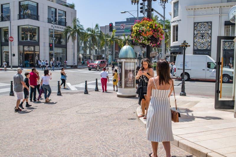 Turister i rodeodrev i Beverly Hills, Kalifornien royaltyfri foto