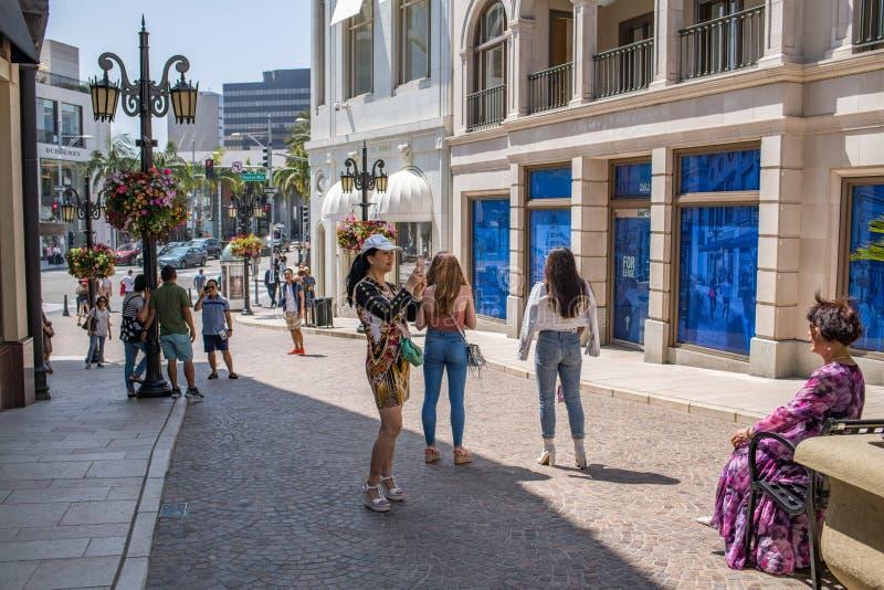 Turister i rodeodrev i Beverly Hills, Kalifornien arkivfoto