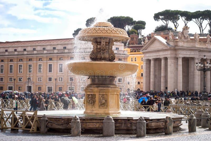 Turister i Sts Peter fyrkant, Rome, Italien arkivfoton