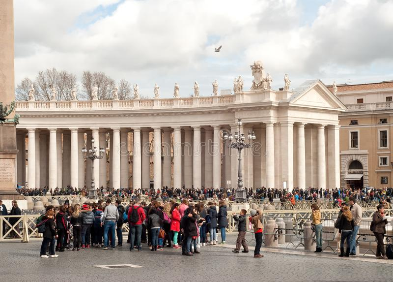 Turister i Sts Peter fyrkant, Vaticanen, Rome, Italien royaltyfri foto