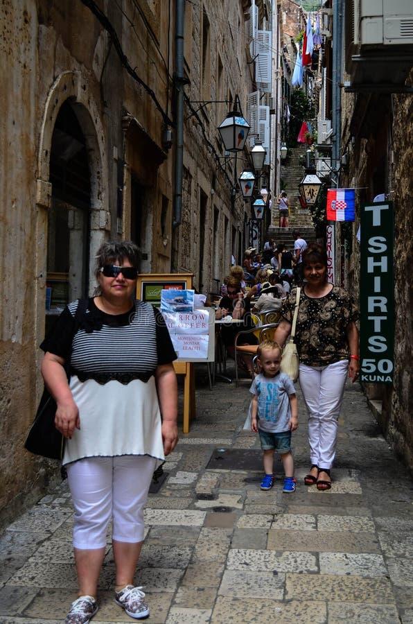 Turister i Tipical den lilla gatan i gammal stad av Dubrovnik, Kroatien arkivfoton