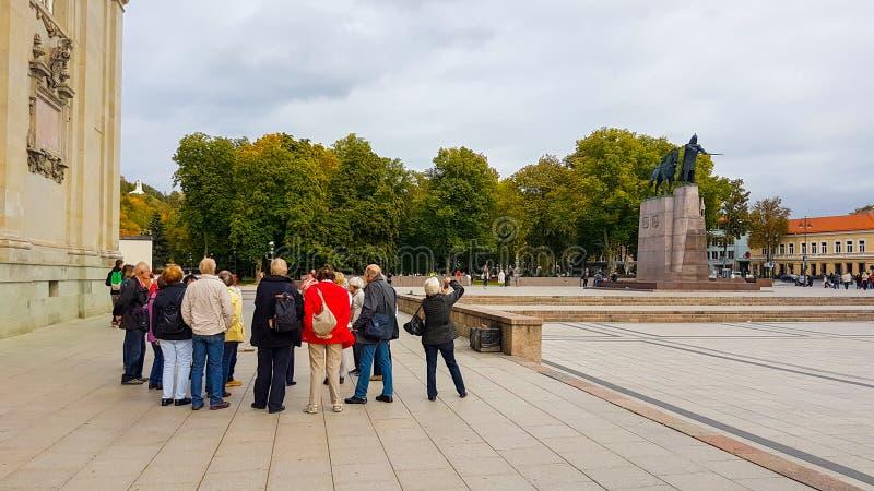 Turister i Vilnius royaltyfri fotografi