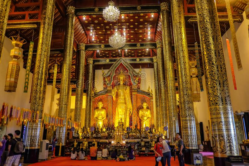 Turister i Wat Chedi luang temple Hall i Chiang mai Thailand arkivbild