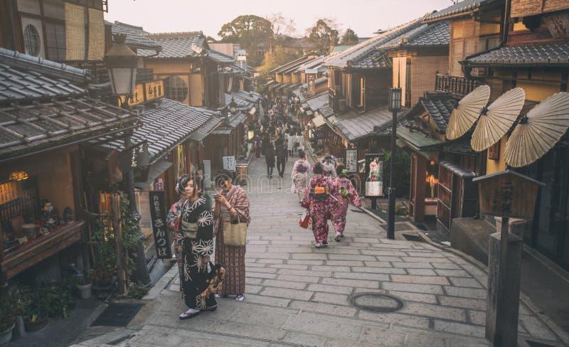 Turister irrar en berömd gata, Sannen-Zaka, i Kyoto royaltyfri foto