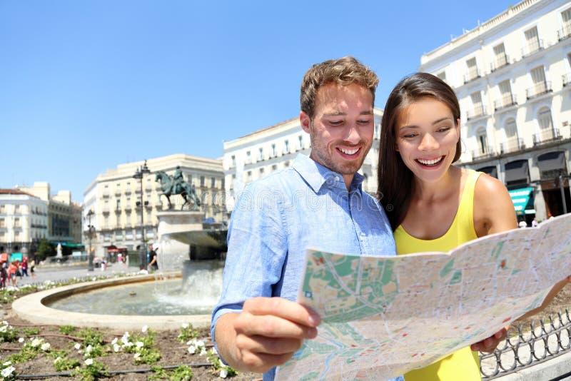 Turister kopplar ihop med översikten i Madrid, Spanien arkivbilder