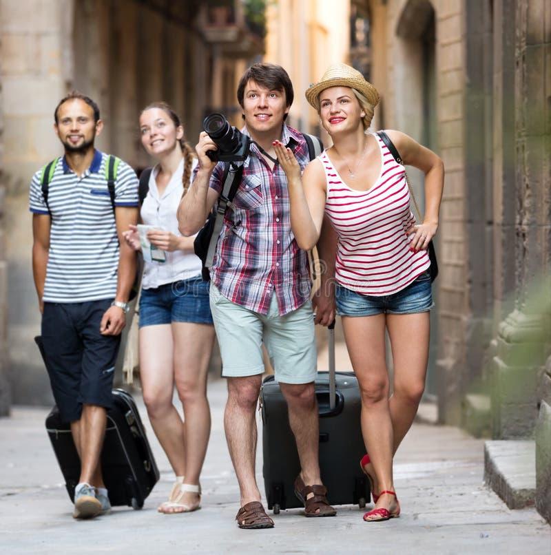 Turister med översikten och kameran arkivfoton